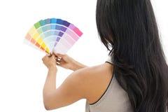 Hintere Ansicht einer Frau, die Farbenproben betrachtet Stockbilder