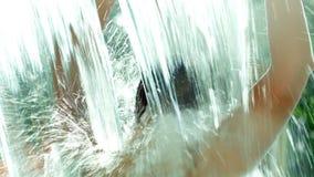 Hintere Ansicht einer Frau im Pool unter starkem stock video