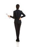 Hintere Ansicht einer Geschäftsfrau mit Papieranmerkungen Lizenzfreies Stockbild