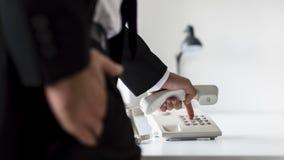 Hintere Ansicht einer wählenden Telefonnummer des Geschäftsmannes Stockfotos