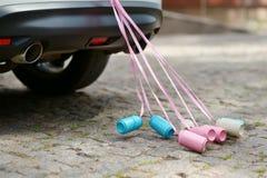 Hintere Ansicht eines Autos mit den Dosen befestigt stockfoto