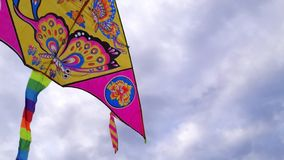 Hintere Ansicht eines Drachens, der hoch oben in einen Abschluss des blauen Himmels fliegt Vogel ` s Augenansicht lizenzfreie stockfotografie