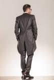 Hintere Ansicht eines eleganten Geschäftsmanngehens Stockbild