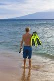 Hintere Ansicht eines gehenden Schnorchelns des attraktiven Mannes in Hawaii Lizenzfreie Stockfotos