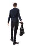 Hintere Ansicht eines Geschäftsmannes, der einen Aktenkoffer und ein gehendes forw hält Stockfotos