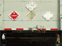 Hintere Ansicht eines großen industriellen Ladung-LKW Stockbild