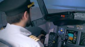 Hintere Ansicht eines männlichen Piloten, der ein Flugzeug handhabt stock video footage