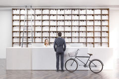 Hintere Ansicht eines Mannes in einer Bibliothek Stockbilder