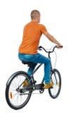 Hintere Ansicht eines Mannes mit einem Fahrrad lizenzfreie stockbilder