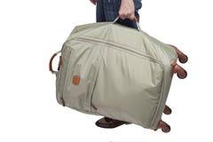 Hintere Ansicht eines Mannes mit einem Koffer auf Rädern Lizenzfreie Stockfotografie