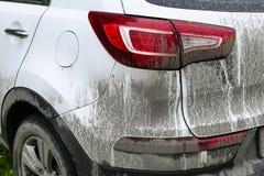 Hintere Ansicht eines sehr schmutzigen Autos Fragment von schmutzigen SUV Schmutzige Scheinwerfer, Rad und Stoßdämpfer des Autos  Stockbild