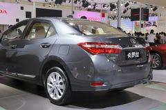 Hintere Ansicht grauen Toyota- Corollaautos Stockfotografie