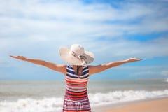 Hintere Ansicht romantischer Dame Sommerstrand und -sonne genießend, bewegend in Meer wellenartig Konzept des Gefühls und der Fre Lizenzfreie Stockfotografie