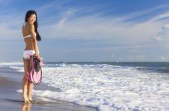 Hintere Ansicht-schöne Bikini-Frau am Strand stockbilder