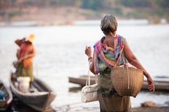 Hintere Ansicht Stamm Bru älterer Dame, die Fasstasche und alte Bambustasche, alt und neu hält Bezauberndes Kostüm Traditionelle  lizenzfreies stockbild