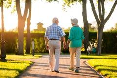Hintere Ansicht von älteren Paaren stockfoto
