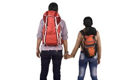 Hintere Ansicht von asiatischen Paaren mit dem Rucksackhändchenhalten Lizenzfreies Stockbild