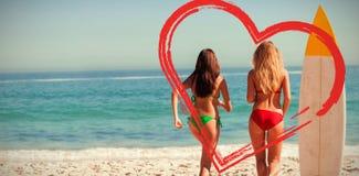 hintere Ansicht von den Freunden, die zum Meer laufen Stockbilder