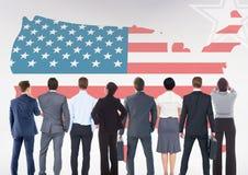 Hintere Ansicht von den Geschäftsleuten, die amerikanische Flagge betrachten Lizenzfreie Stockfotos
