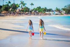 Hintere Ansicht von den kleinen schönen Mädchen, die auf tropische Küste gehen Lizenzfreies Stockbild