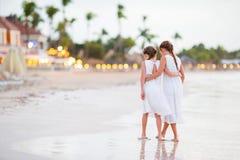 Hintere Ansicht von den kleinen schönen Mädchen, die auf tropische Küste gehen Stockfotos