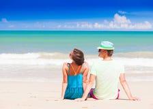 Hintere Ansicht von den Paaren, die auf einem tropischen Strand auf Malediven sitzen Lizenzfreies Stockbild