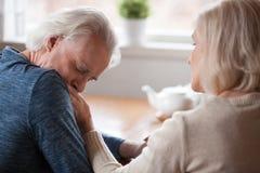 Hintere Ansicht von den sinnlichen älteren Paaren, die sich streicheln lizenzfreie stockbilder
