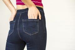 Hintere Ansicht von Frauenhinterteilen in den Jeans Stockfotografie