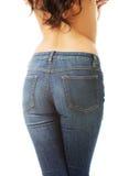 Hintere Ansicht von hemdlosen tragenden Jeans der Frau stockfotos