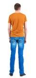 Hintere Ansicht von jungen Männern im orange T-Shirt. Lizenzfreie Stockbilder