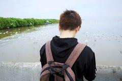 Hintere Ansicht von jungen Reisenden mit Rucksäcken machen Fotos lizenzfreie stockfotografie