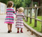 Hintere Ansicht von kleinen Mädchen Stockbilder
