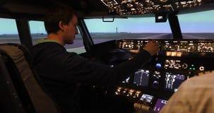 Hintere Ansicht von Pilotfunktionierenden Jet-Kontrollen stock footage