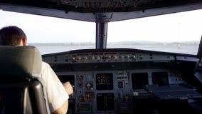 Hintere Ansicht von Pilotfunktionierenden Kontrollen des Geschäftsflugzeugs Captain im Flugzeugcockpit und bereiten sich für Flug stock video