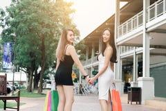 Hintere Ansicht von zwei asiatischen Frauen, die zum Einkauf im Ausgang m gehen Stockfotografie