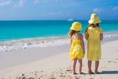 Hintere Ansicht von zwei entzückenden kleinen Mädchen an Lizenzfreies Stockbild