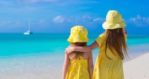Hintere Ansicht von zwei entzückenden kleinen Mädchen an Lizenzfreie Stockfotografie