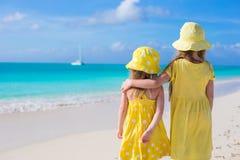 Hintere Ansicht von zwei entzückenden kleinen Mädchen an Lizenzfreie Stockbilder
