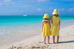 Hintere Ansicht von zwei entzückenden kleinen Mädchen an Lizenzfreies Stockfoto