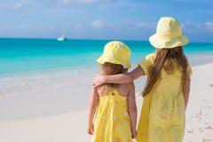 Hintere Ansicht von zwei entzückenden kleinen Mädchen auf karibischen Ferien Stockbilder