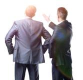 Hintere Ansicht von zwei Geschäftsmännern, die vorwärts zeigen Lizenzfreie Stockfotos