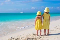 Hintere Ansicht von zwei kleinen Mädchen während tropischen Lizenzfreies Stockfoto