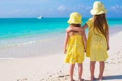 Hintere Ansicht von zwei kleinen Mädchen während tropischen Lizenzfreie Stockfotos