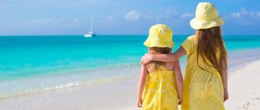 Hintere Ansicht von zwei kleinen Mädchen während tropischen Lizenzfreie Stockfotografie