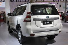 Hintere Ansicht weißen Toyota-Landkreuzer prado suv Autos Lizenzfreies Stockfoto