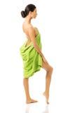 Hintere Ansichtfrau in voller Länge eingewickelt im Tuch Lizenzfreies Stockbild