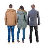 Hintere Ansichtgruppe von personen in der Jacke stockfoto