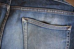 Hintere Blue Jeans-Tasche Für gestecktes Geld Stockfotografie
