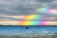 Hintere dunkle Wolke des Regenbogens auf Meer Konzeptgott segnen, wünschen Stockfotografie