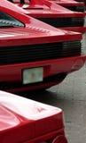 Hintere Enden der roten exotischen Sportautos in einer Reihe Stockfoto